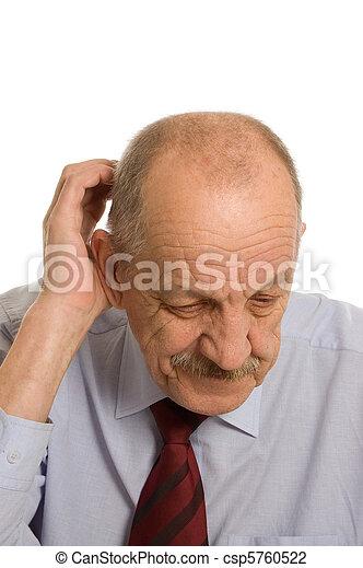 El anciano aislado en los antecedentes blancos - csp5760522