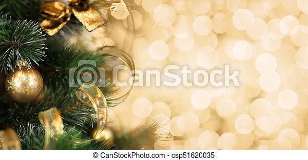 La rama del árbol de Navidad con un fondo dorado borroso - csp51620035