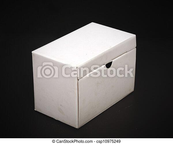 Cerca de una caja blanca de fondo negro - csp10975249