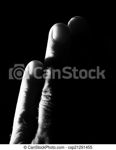 Mano en un fondo negro - csp21291455