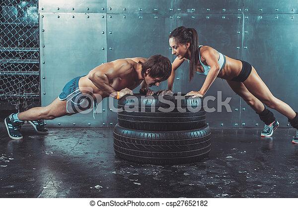 force, crossfit, femme, sport, pneu, formation, sportif, augmente, puissance, séance entraînement, sportswomen., homme, poussée, fitness, concept, crise, lifestyle. - csp27652182