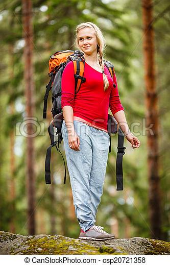 Una joven senderismo en el bosque. - csp20721358
