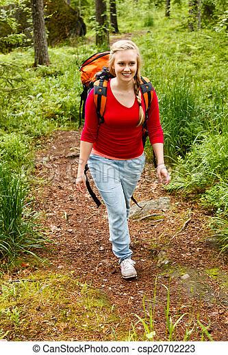 Una joven senderismo en el bosque. - csp20702223