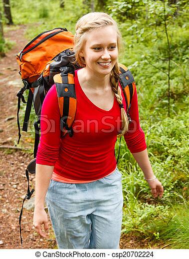Una joven senderismo en el bosque. - csp20702224