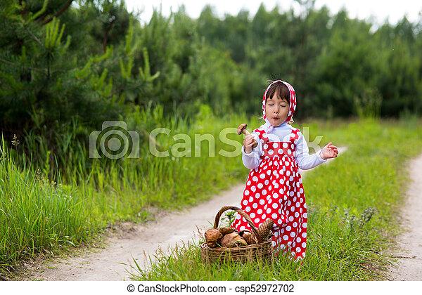 Una niña en el bosque. - csp52972702