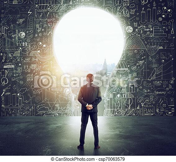 formé, mur, grand, regarde, lumière, homme affaires, trou, ampoule - csp70063579