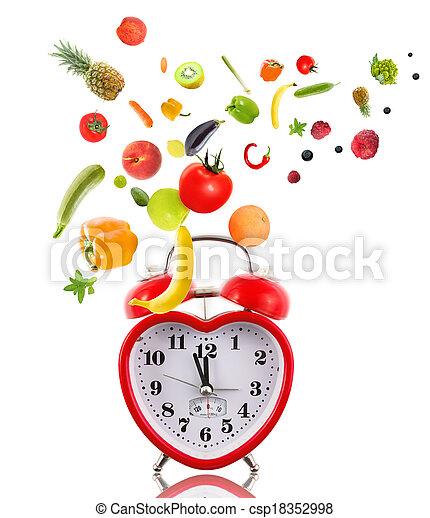 Reloj en forma de corazón con frutas y verduras. - csp18352998