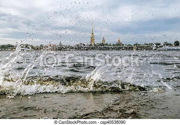 Olas salpicadas en el río Neva y vista de la fortaleza de Peter y Paul en San Petersburgo. - csp40538090