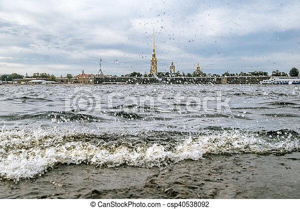 Olas salpicadas en el río Neva y vista de la fortaleza de Peter y Paul en San Petersburgo. - csp40538092