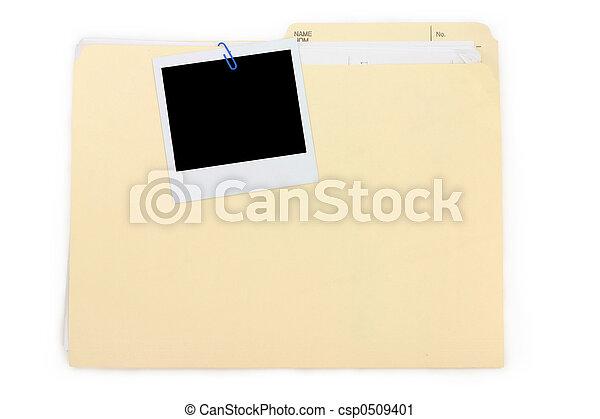 Una foto polaroid y una carpeta - csp0509401