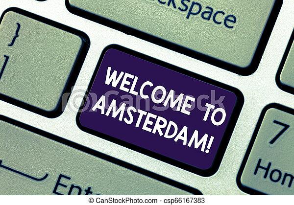 Escribir a mano conceptiva muestra bienvenida a Ámsterdam. Una foto de negocios que muestra que alguien visita la capital de Netherlands Keyboard Intention para crear una idea de mensaje informático. - csp66167383