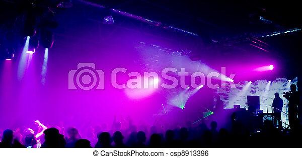 Foto panorámica de gente en el concierto - csp8913396