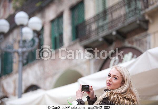 Un turista rubio tomando fotografías en la ciudad - csp25421002