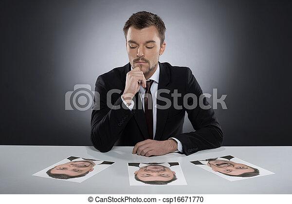 fotografías, pensativo, sí mismo, sentado, masks., aislado, joven, gris, mientras, escoger, él, tabla, diario, acostado, hombre - csp16671770