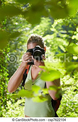 fotograf, weibliche , junger, wandern, wald - csp7622104