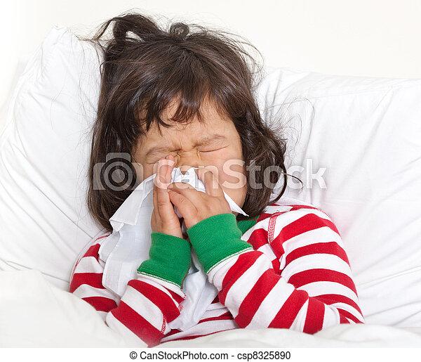 Un niño en la cama con un estornudo frío - csp8325890