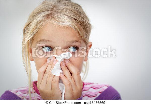 Niño con frío - csp13456569