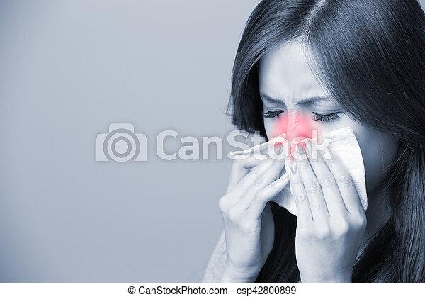 Una mujer se resfría - csp42800899