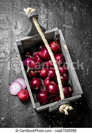 Fragrant red onion in the box. - csp67028399