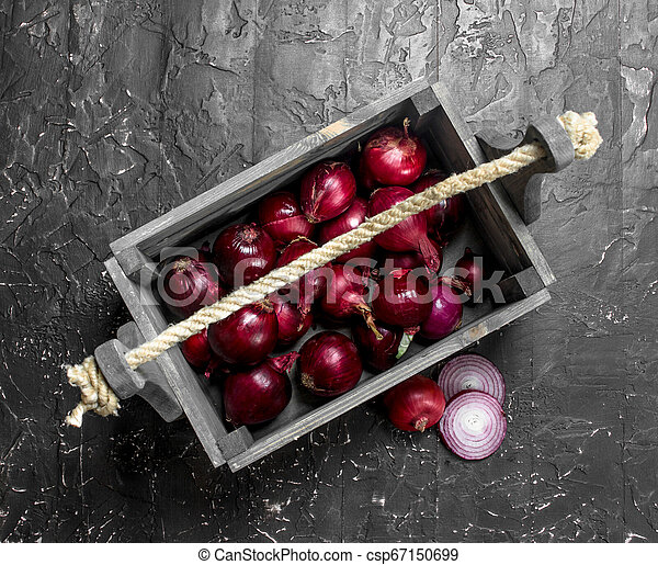 Fragrant red onion in the box. - csp67150699
