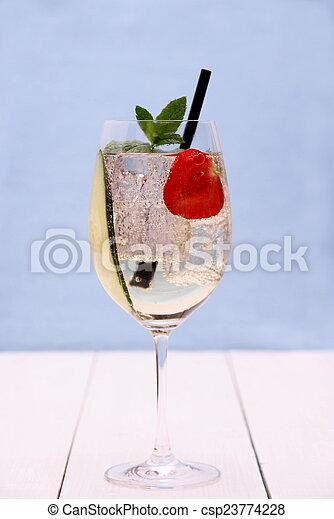 fraise, concombre, vin, verre cocktail - csp23774228
