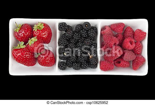 Fresas, frambuesas y moras sobre negro - csp10625952
