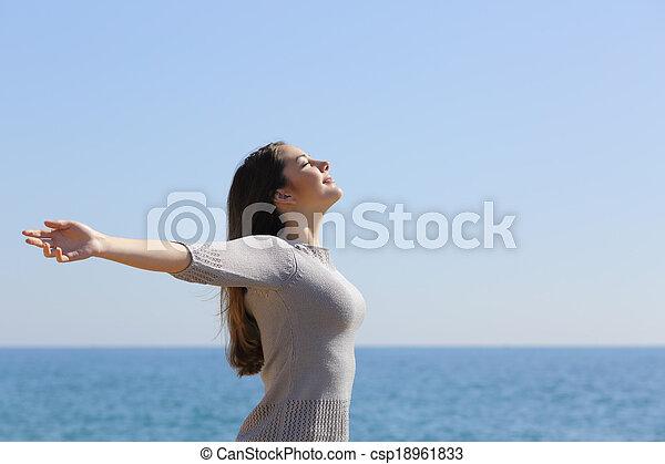 frau, arme, tief, luft, atmen, frisch, sandstrand, anheben, glücklich - csp18961833