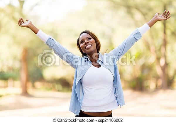 Afrikanische Frau mit ausgestreckten Armen - csp21166202