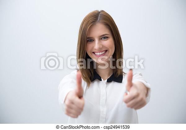 Portrait einer glücklichen Frau, die Daumen nach oben zeigt - csp24941539