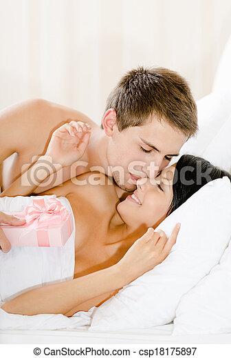 Frau Bett Liegen Mann Geschenk Gibt Rosa Frau Bett Papier