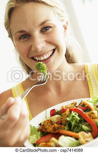 frau essen, salat, gesunde, mittlerer erwachsener - csp7414089
