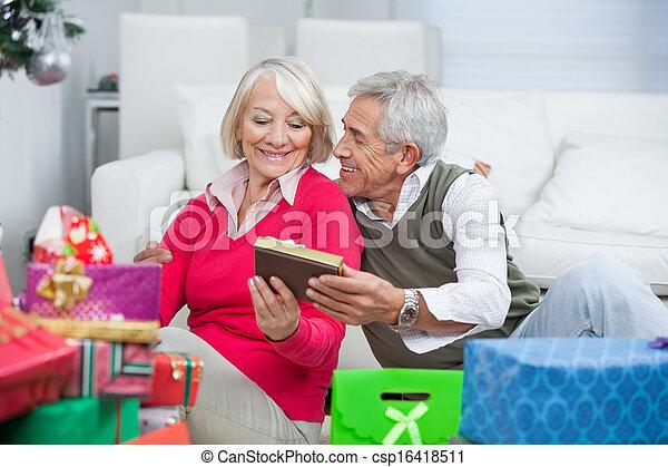 frau geschenk geben lter weihnachten mann frau stockfotografie bilder und foto. Black Bedroom Furniture Sets. Home Design Ideas