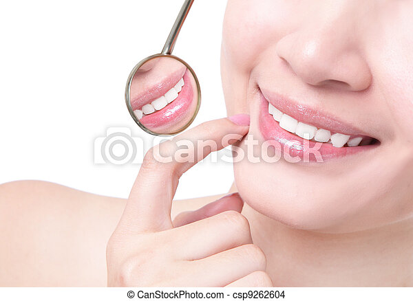 Gesunde Frauenzähne und Zahnarzt-Mundspiegel - csp9262604