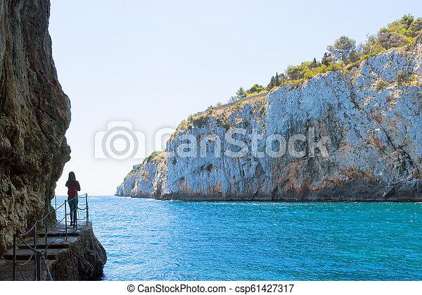 frau, grotte, grotta, -, junger, berühmt, zinzulusa, apulia - csp61427317