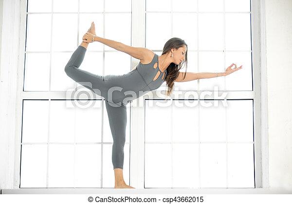 junge attraktive frau in natarajasana pose