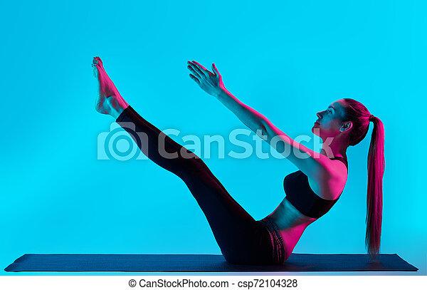 Frau Yoga übertreibt Navasana Boot Pose - csp72104328