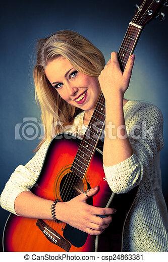 frau, junger, gitarre spieler, porträt, blond - csp24863381