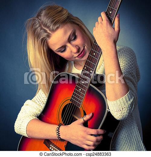 frau, junger, gitarre spieler, porträt, blond - csp24883363
