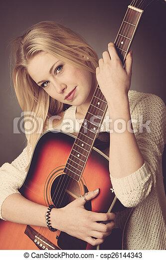 frau, junger, gitarre spieler, porträt, blond - csp26144343