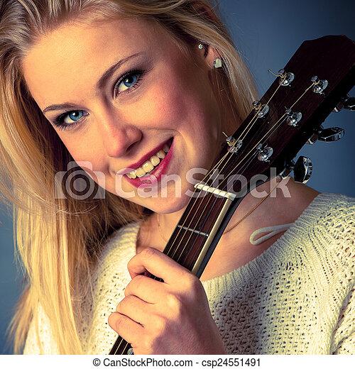 frau, junger, gitarre spieler, porträt, blond - csp24551491