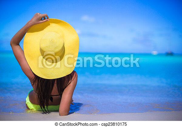 Junge Frau mit gelbem Hut im Karibischen Urlaub - csp23810175
