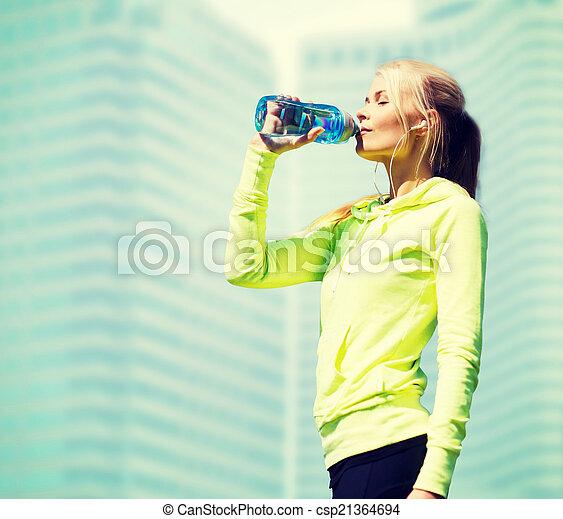 Frau Wird Beim Wassersport überall Feucht