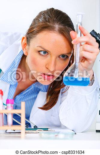 frau, nachdenklich, doktor, medizinische ergebnisse, analysieren, pr�fung, laboratorium - csp8331634