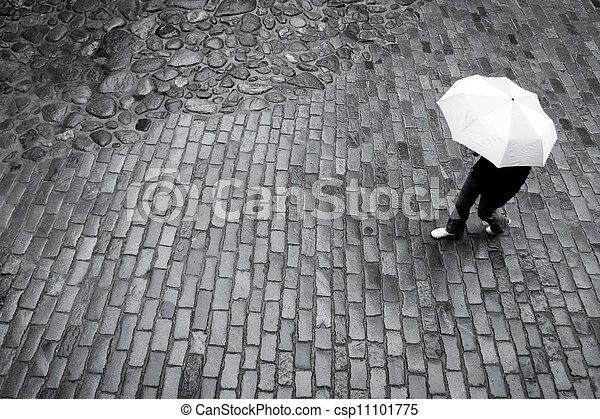 Frau mit Regenschirm - csp11101775
