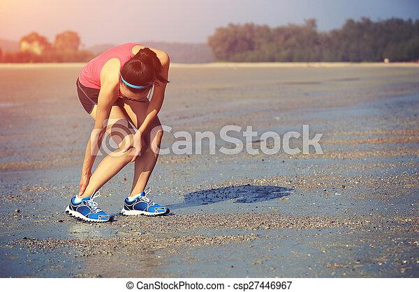 Frau Läufer hält ihren verdrehten Knöchel - csp27446967