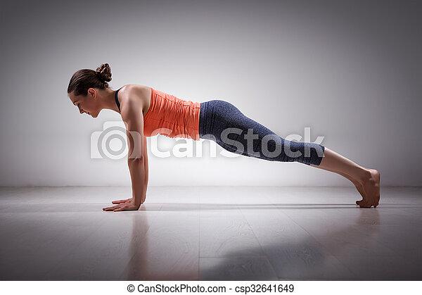 die frau macht yoga asana utthita chaturanga dandasa