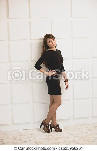 online store a62cf 12ee5 frau, wand, gegen, kurz, posierend, studio, weisses kleid, schwarz