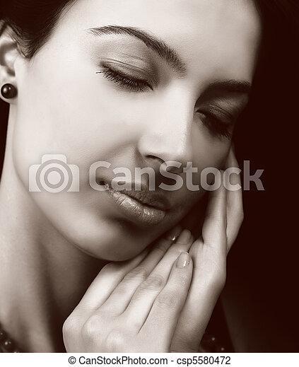 Sensible Frau mit weicher Haut - csp5580472