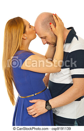 Mujer besando frente de hombre calvo - csp9191139