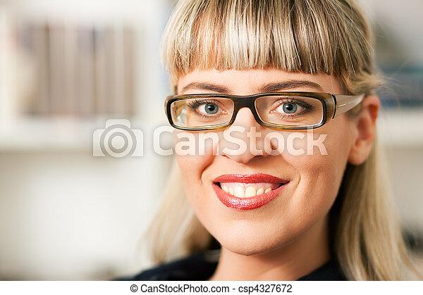 Mujer delante de estantería de libros - csp4327672